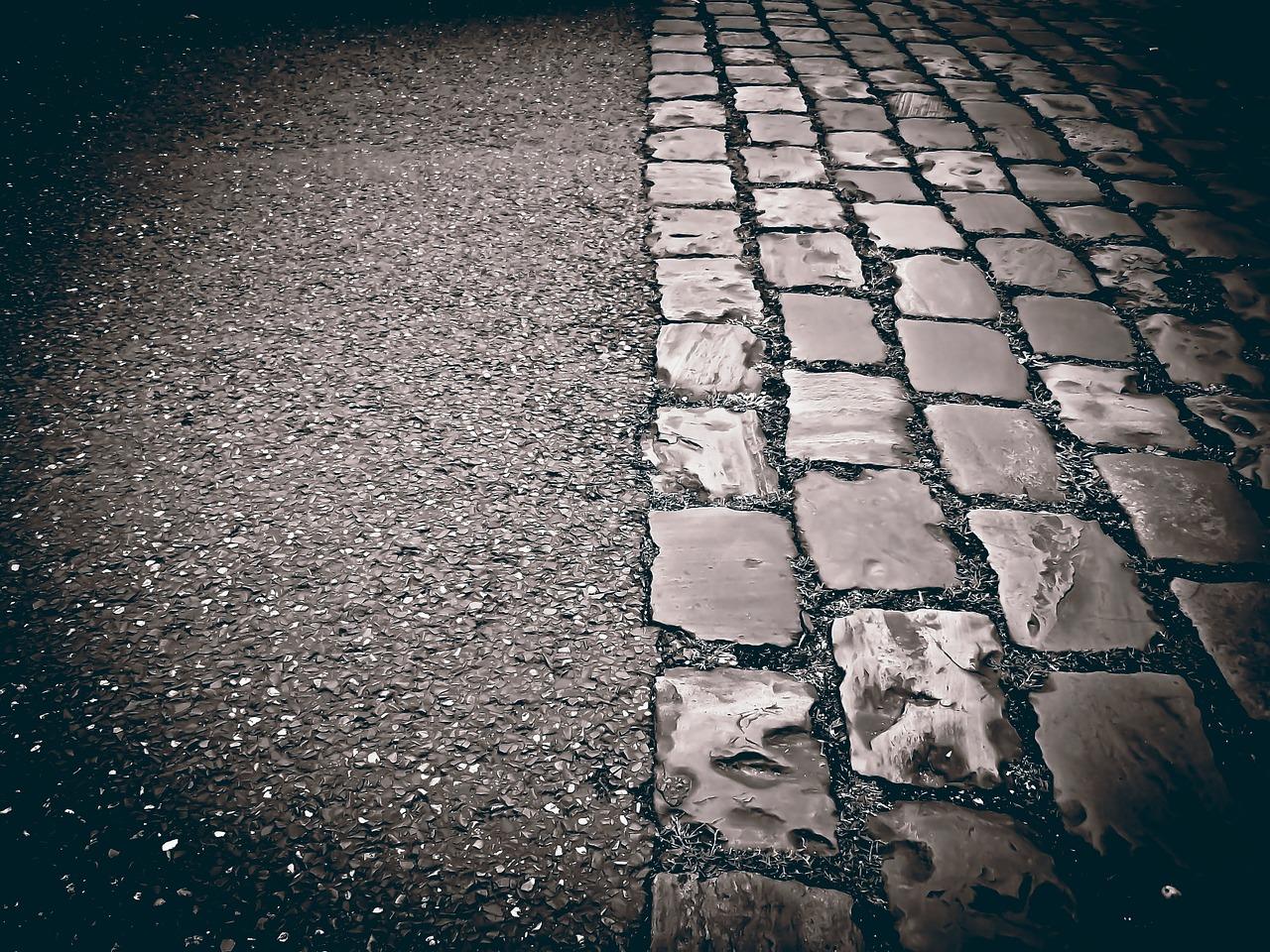 Straße mit Asphalt und Pflaster